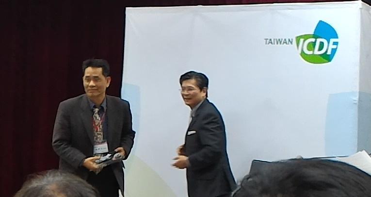 國合會秘書長施文斌大使頒獎給徐輝明副校長