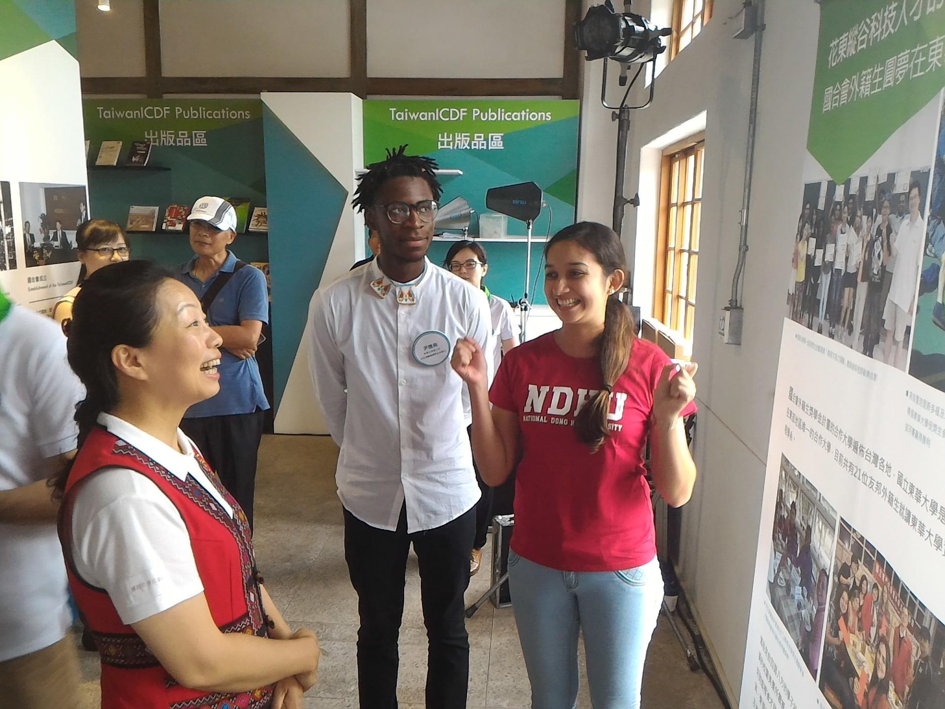 受獎生馬艾茜(Asuncion Martinez)以生動活潑的中文向來賓介紹東華的學習生涯